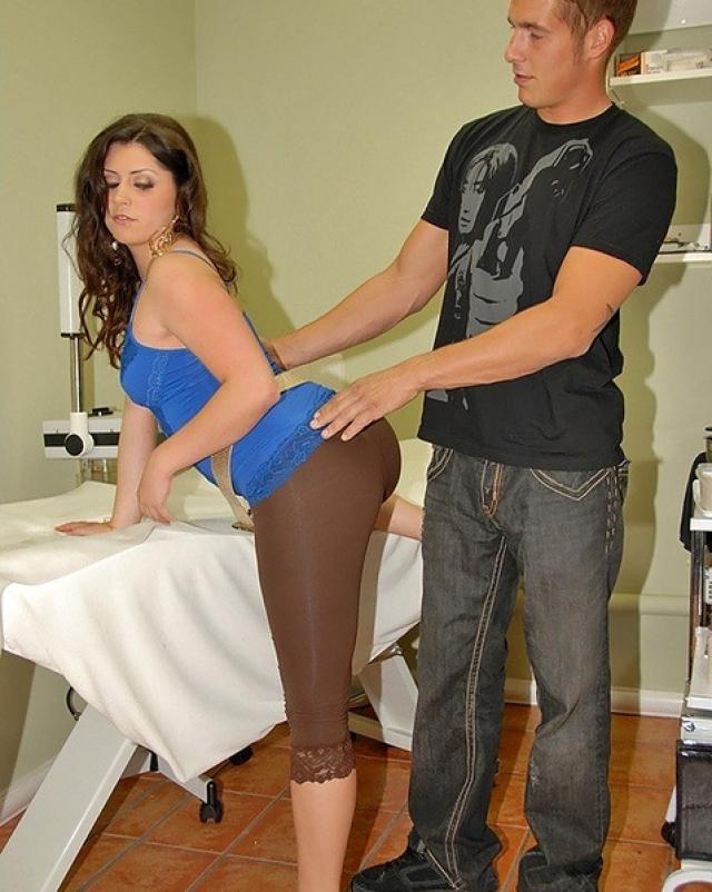 Парень фарширует киску брюнетки горячей спермой на кровати