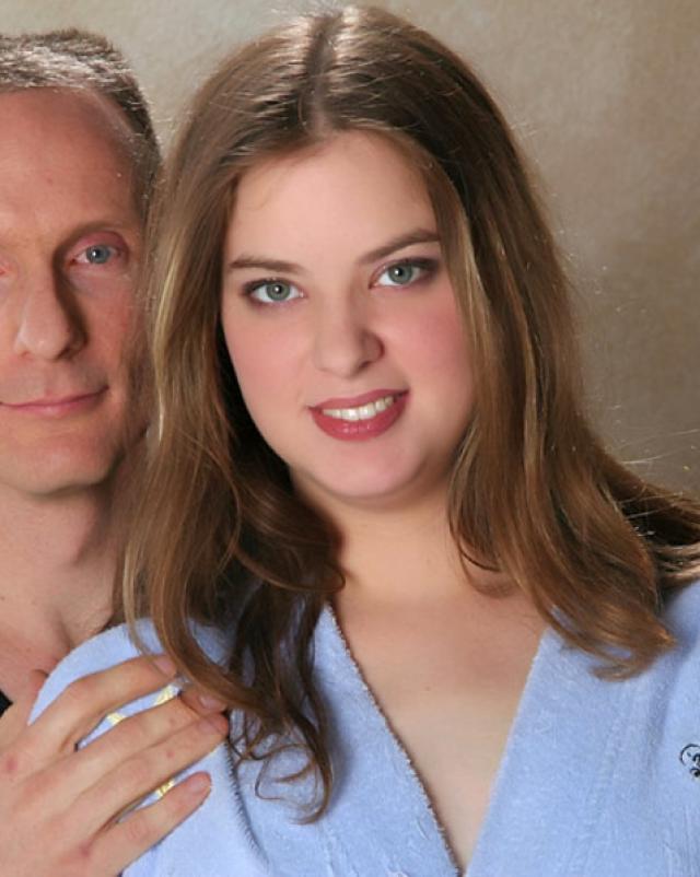Муж пердолит жену в анал со спермой во внутрь на кроватке