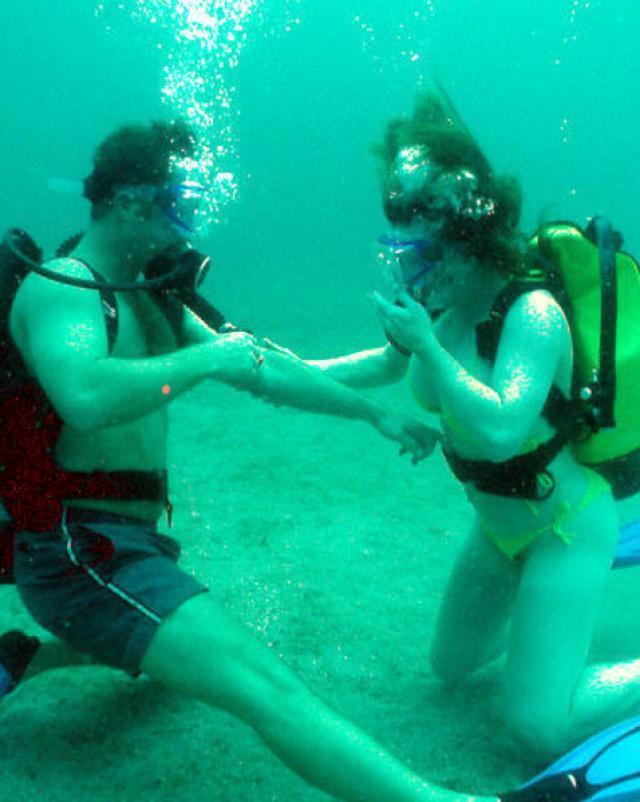 Сын трахает сексуальную мачеху под водой в бассейне