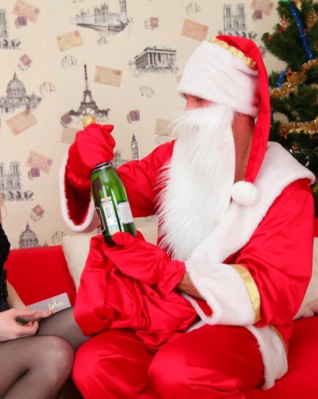 Санта кончает в попу блондинки в горячих чулках