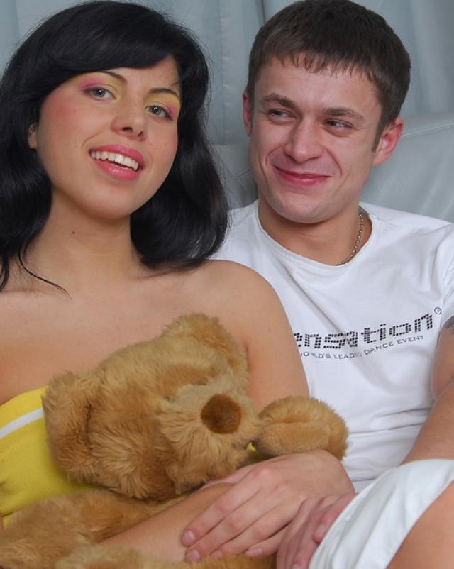 Парень случайно кончает в киску своей голой подружки