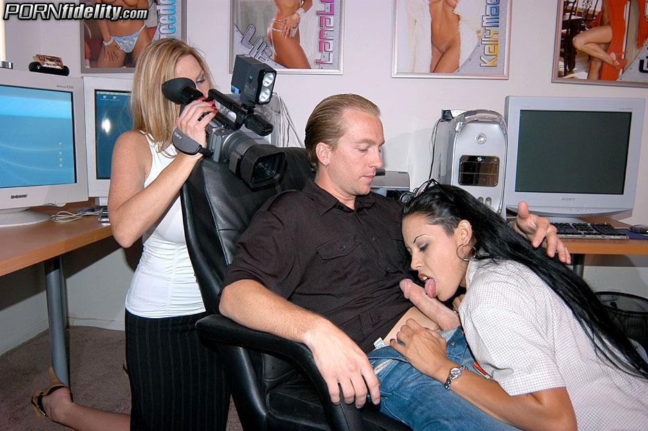 Парень трахает сестру и мать для съемки крутого порно