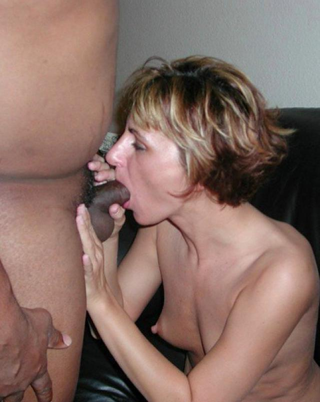 Сексуальные девицы берут в рот у парней на домашних фото