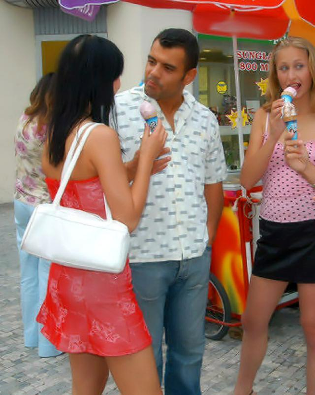 Парни подцепили юных сучек в парке для минета с окончанием в рот