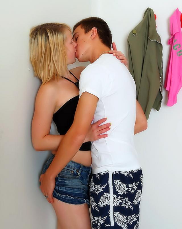 Молодая девушка обожает шалить со своим новым другом