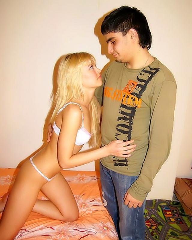Фраер в презервативе трахает свою девушку верхом