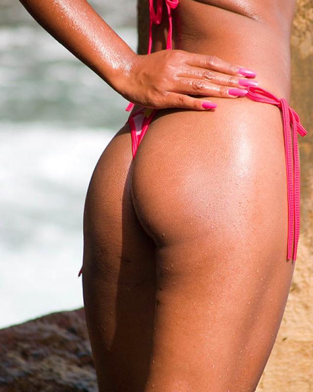Молоденькая индуска рассталась с бикини на свежем воздухе