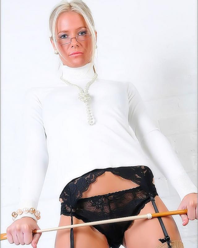 Сексуальная блондина в красивых чулках
