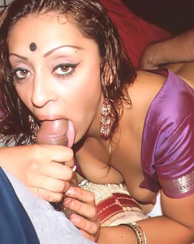 Мужик трахает индусскую шлюху с большими сиськами в элитном борделе