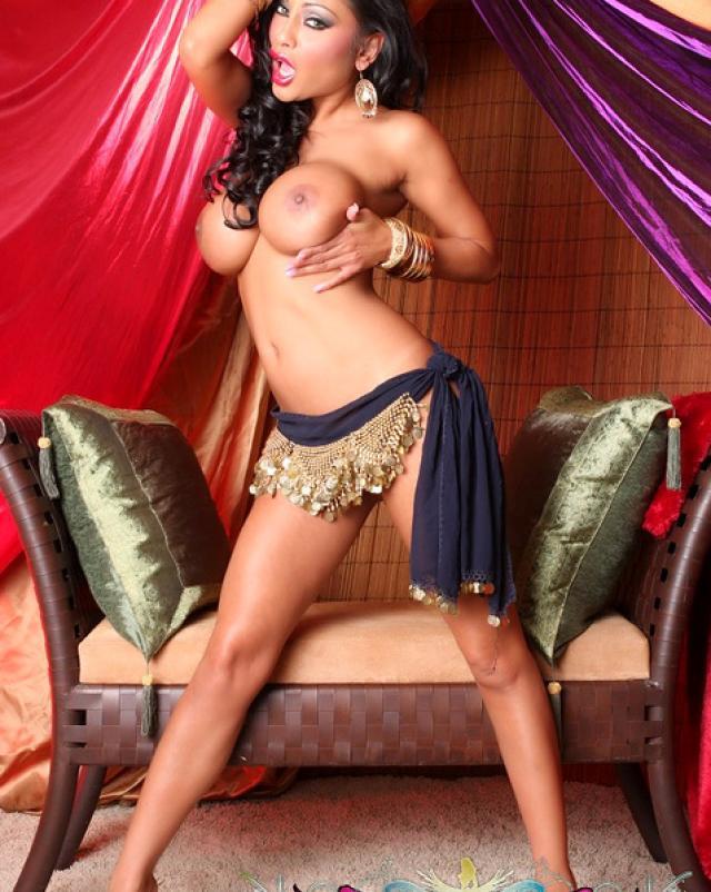 Индусская порно звезда сексуально танцует