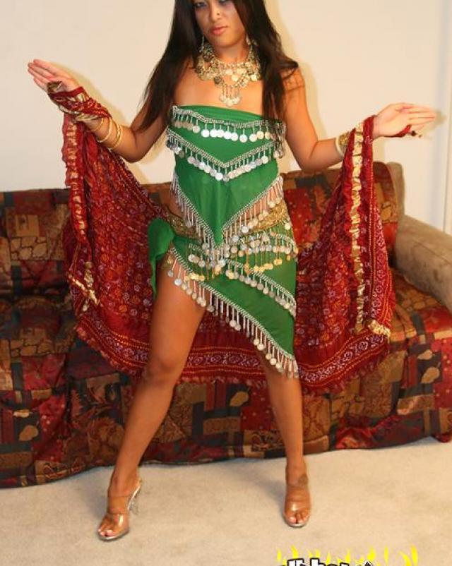 Индуска с натуральными сиськами и ее традиционная одежда