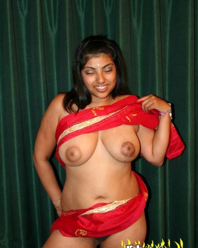 Индуска с большими сиськами отдыхает в кальянной