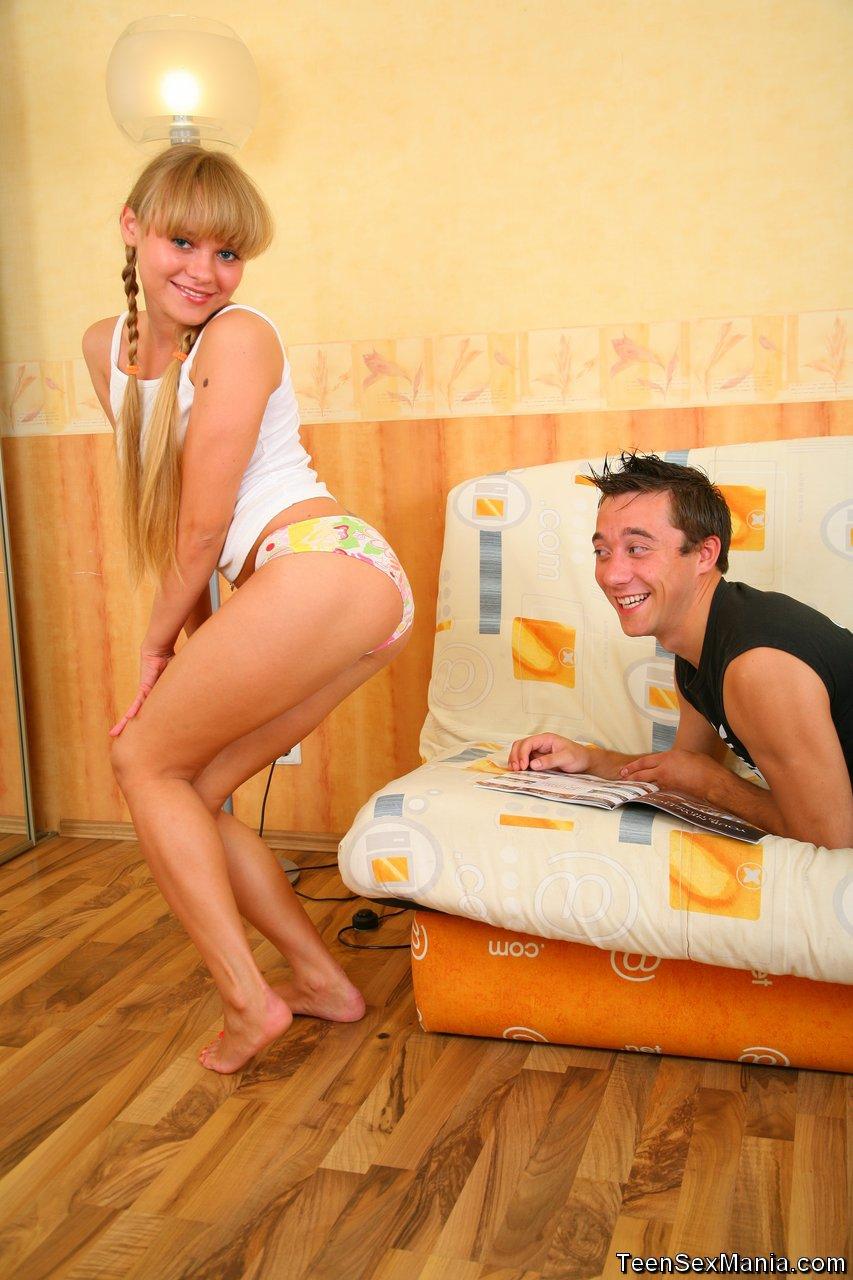Русская блондинка с пирсингом взяла в рот на первом свидании