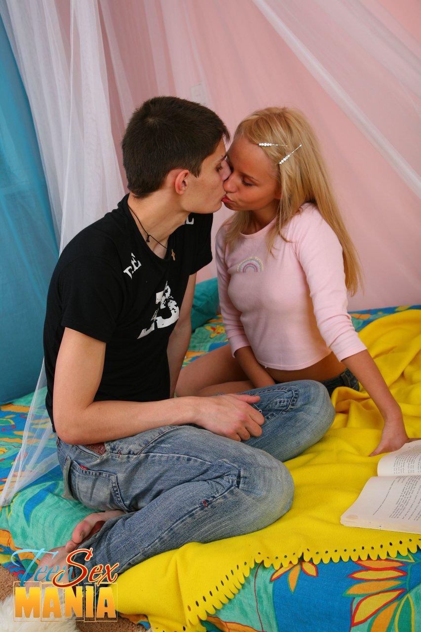 Русская блондинка трахается в розовых носочках