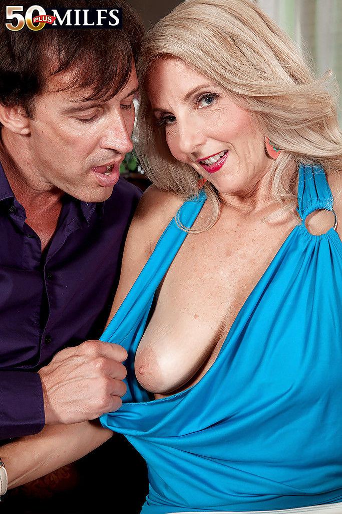 Солидный мужчина кончает в рот зрелой любовницы после секса