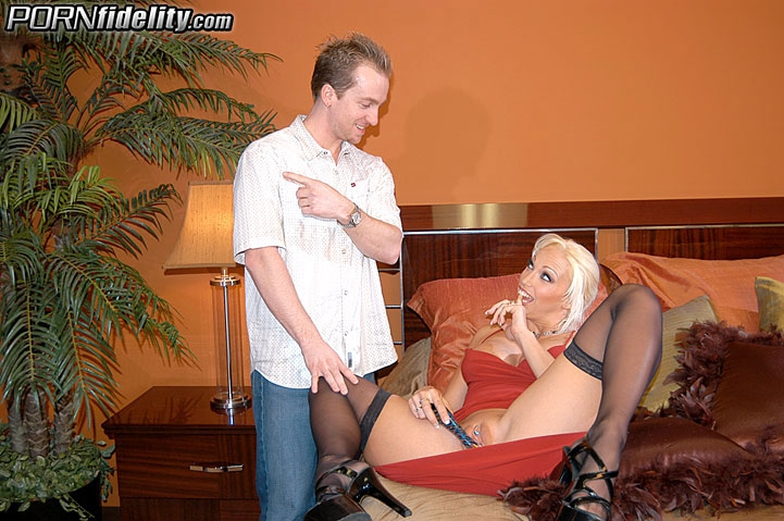 Дорогая шлюха принимает сперму в рот после соития