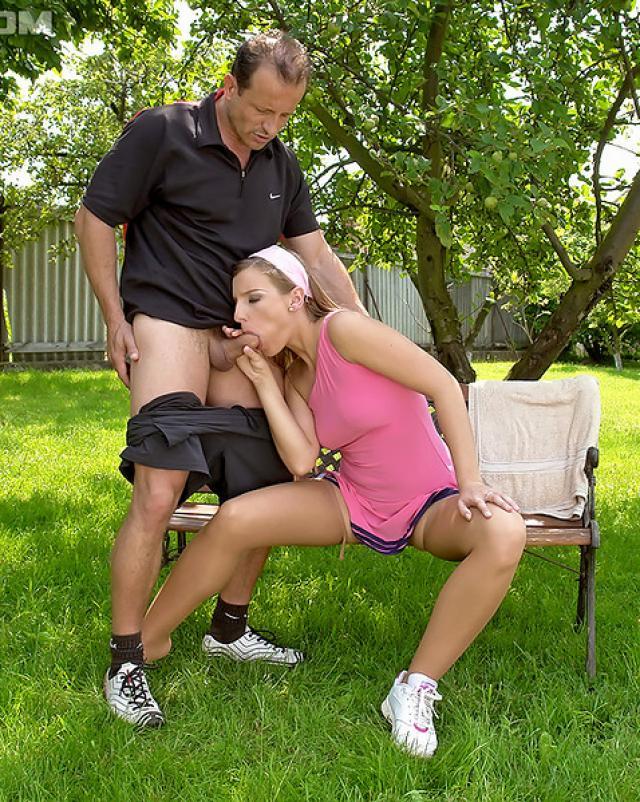 Тренер кончает в рот гламурной сучки на летней групповухе