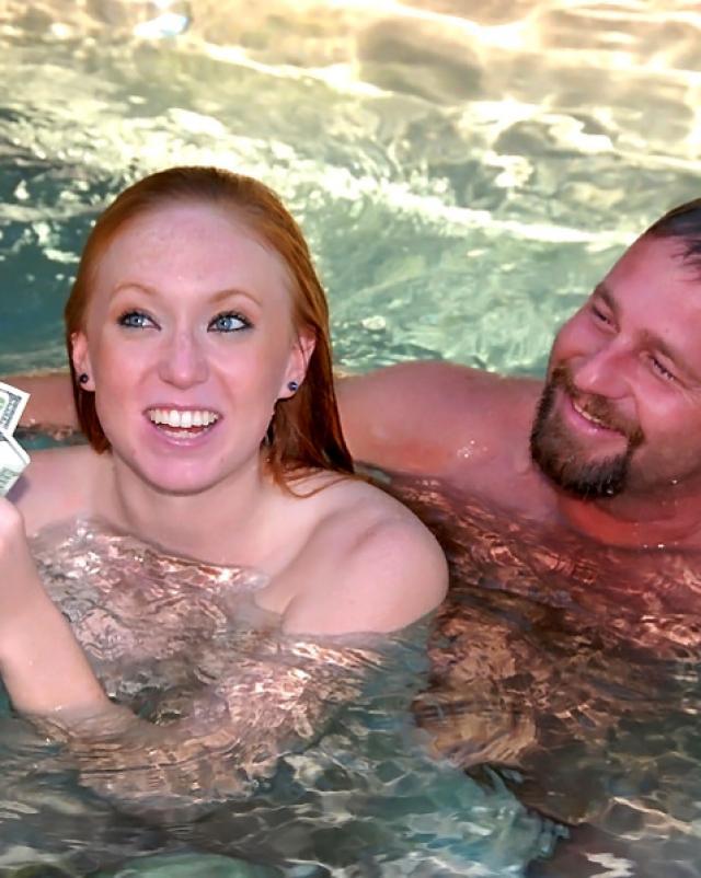 Рыжая девушка делает минет с окончанием в рот под водой