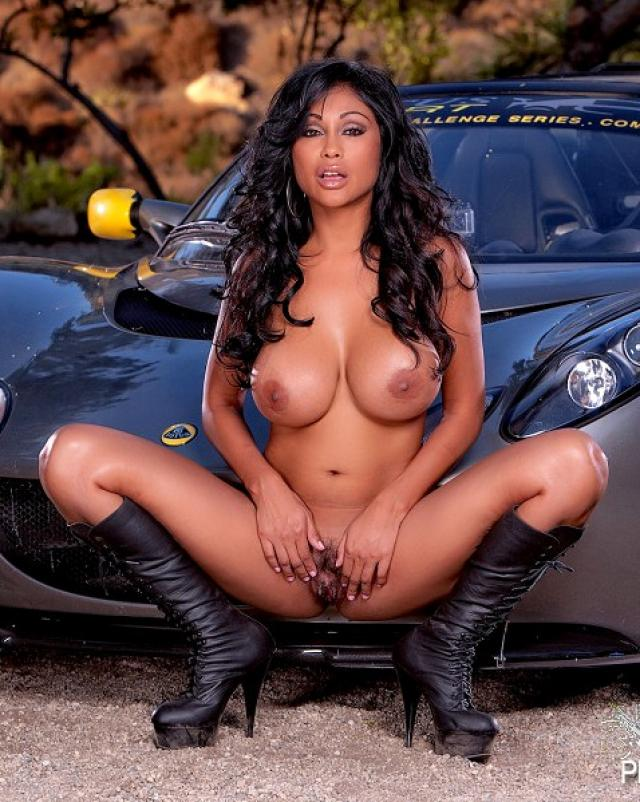 Индийская женщина раздевается до гола возле машины
