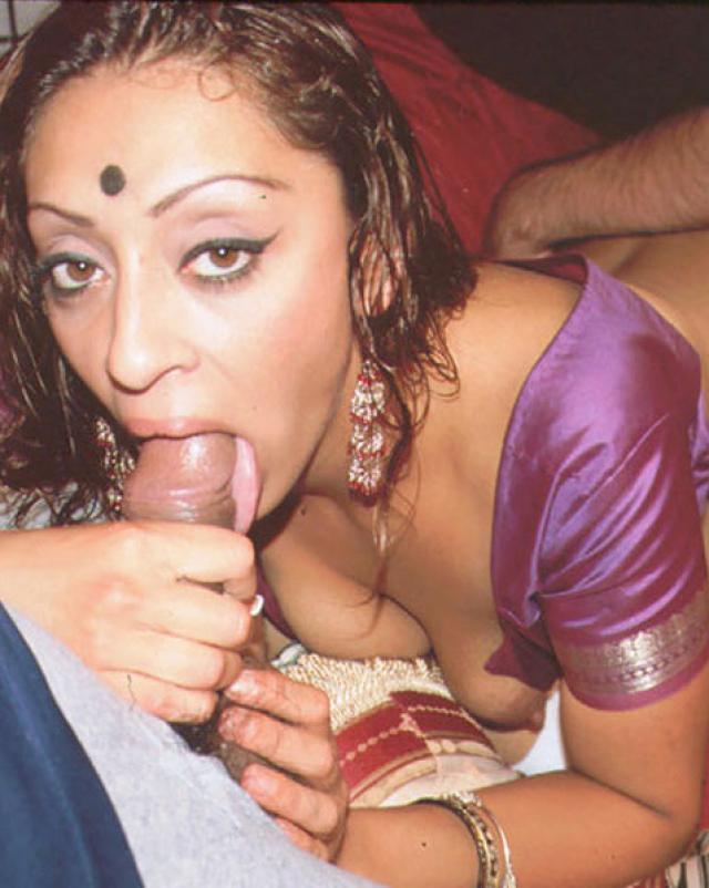 Парни с очередью имеют индийскую шлюху в групповухе
