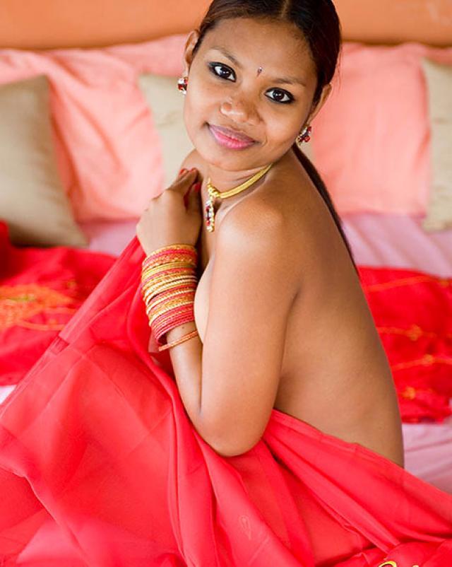 Молоденькая индуска в красном платье разделась до голых сисек