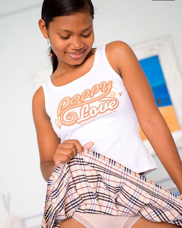 Индусская девка в короткой юбке оголила маленькие сиськи