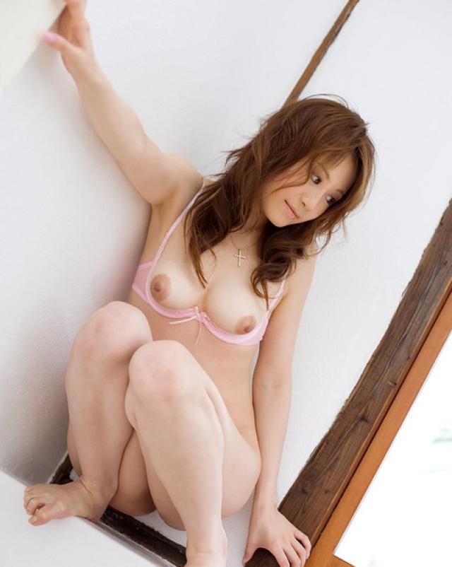 Японская красотка шикарно позирует в розовых трусиках