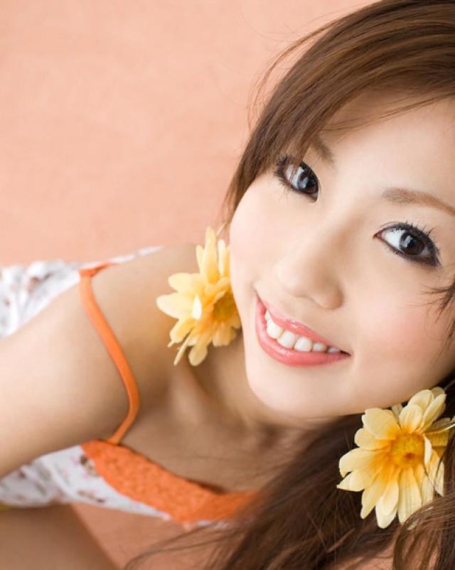 Молодая азиатка игриво снимает свои трусики