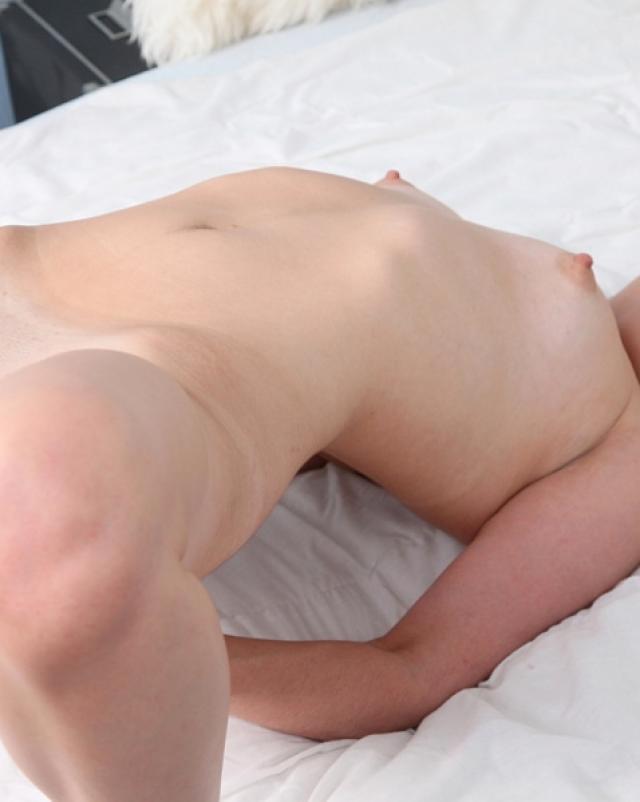 Тайка в трусиках показывает анал на кровати