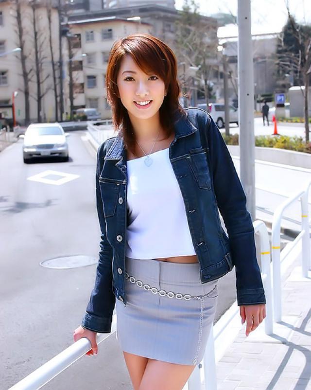 Японская студентка в трусах раздевается в университете