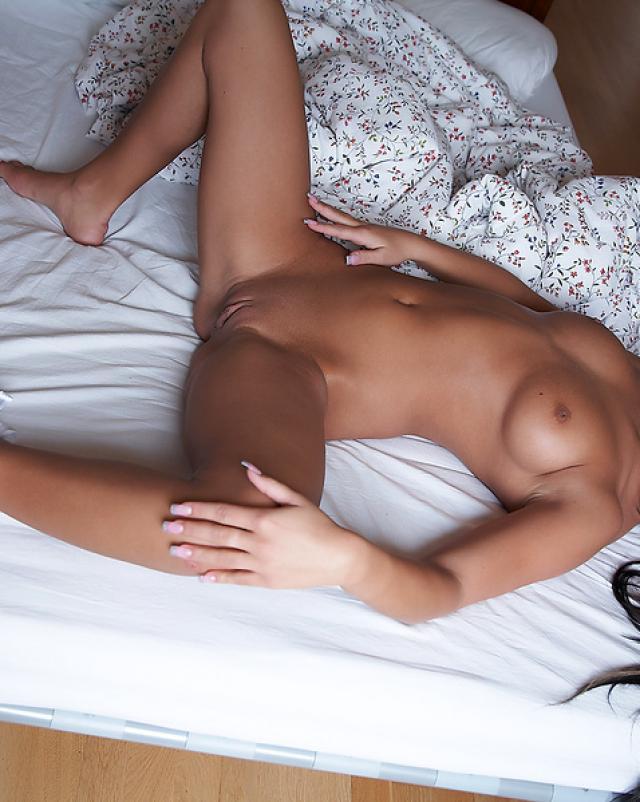 Красотка в трусиках шалит в теплой постельке