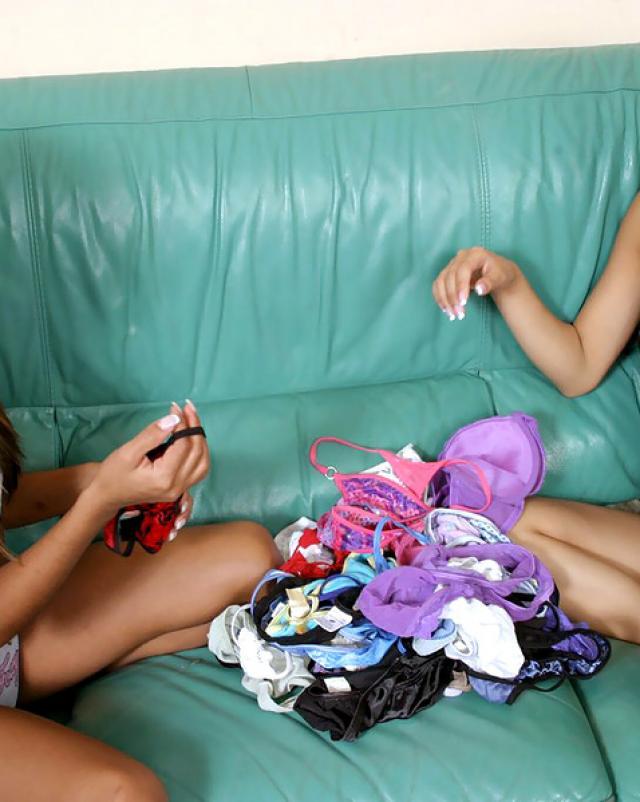 Эротичные девушки играют с новенькими трусами