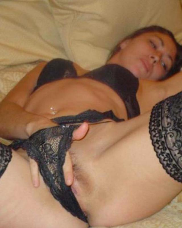 Любительница в трусиках мастурбирует свою влажную киску