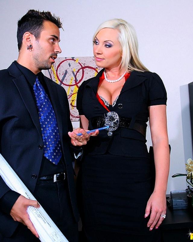 Секретарша снимает трусики для секса с боссом