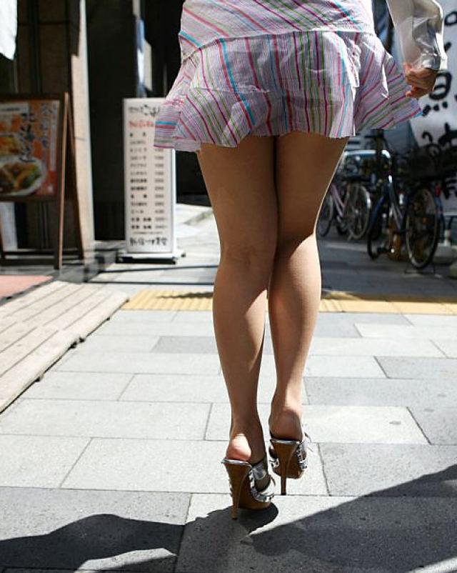 Молоденькая японочка демонстрирует белые трусики из под юбки