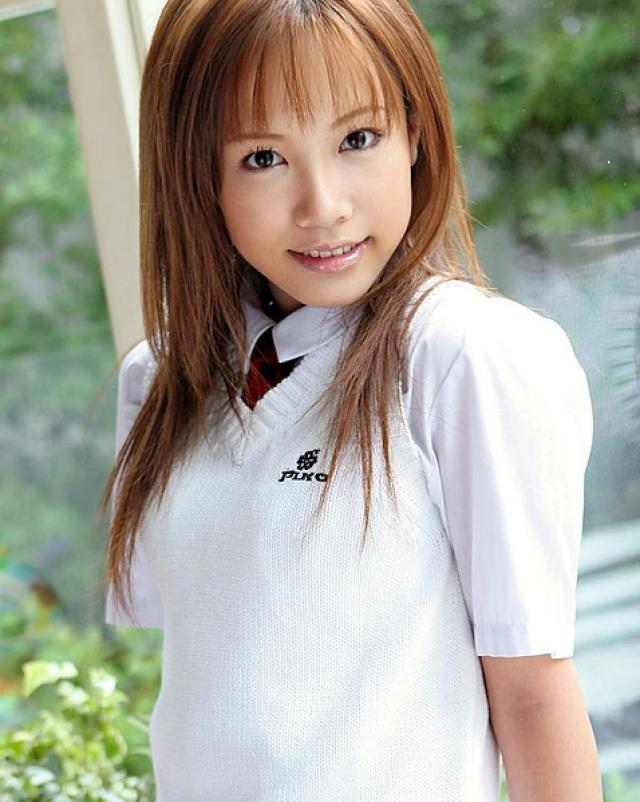 Сладкая японка обязательно раздевается до трусиков на фото