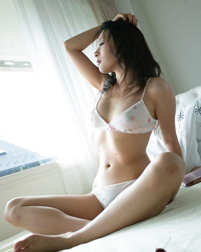 Японская шлюшка в белых трусиках любит спелую вишню