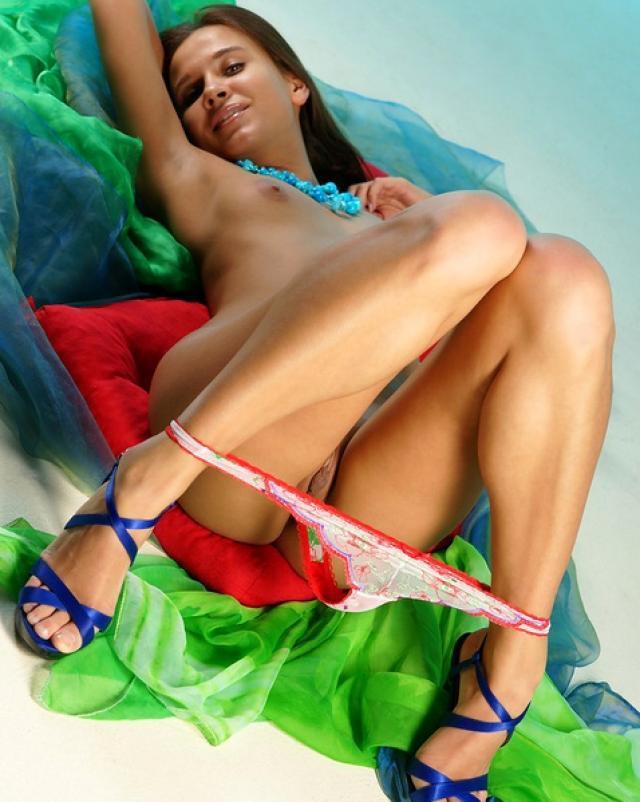 Молодая телочка сняла свои цветные трусики и поигралась с бусами