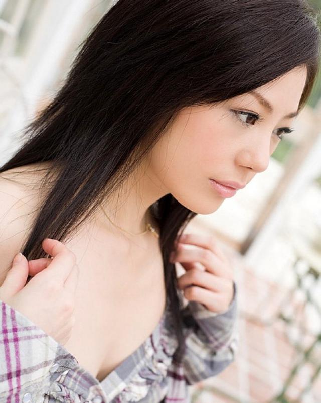 Кокетливая японка в рубашке