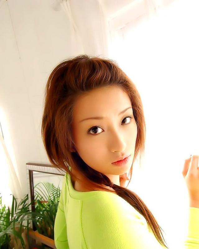 Стройная азиатка с волосатым лобком манит своим супер телом