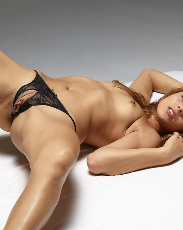 Девушка в сексуальных трусиках с прорезом