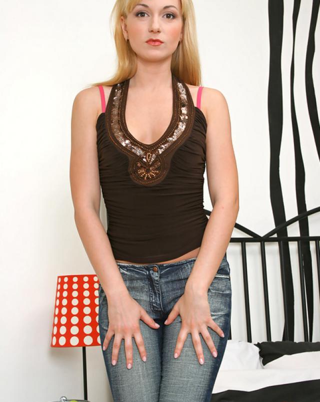Загадочная блондинка в обтягивающих джинсах хвастается идеальной задницей