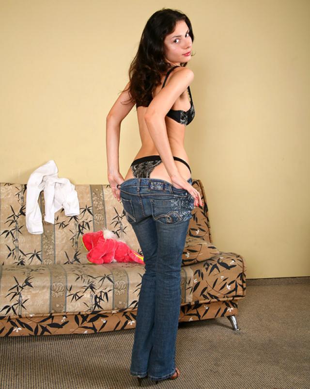 Шалунья снимает с себя джинсы чтобы показать попку