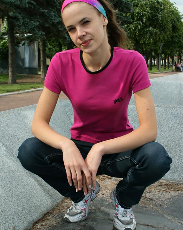 Юная сучка в джинсах хвасталась своей попкой на дневной улице