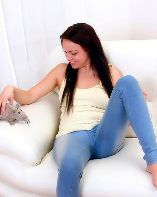 Порно фото девушки в джинсах которая мастурбировала в соло