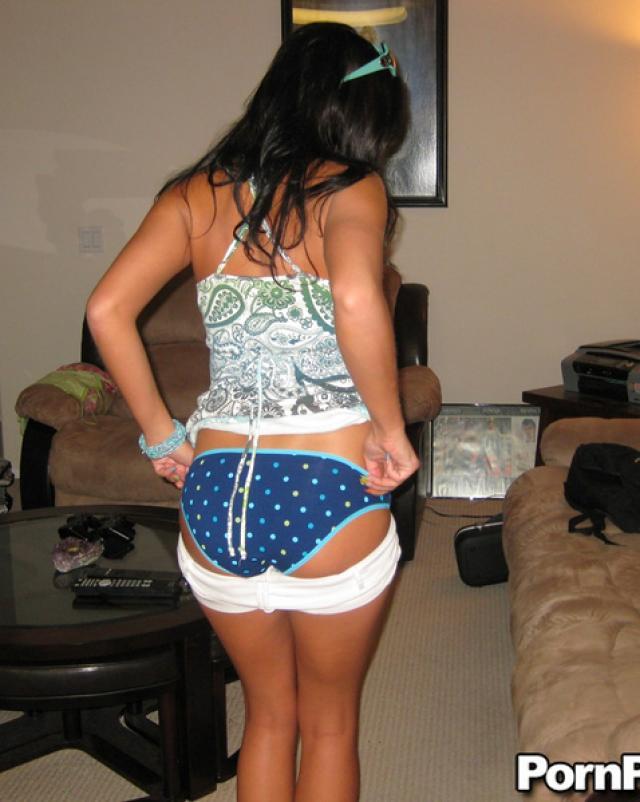 Брюнеточка осталась без джинсов когда сосала член друга