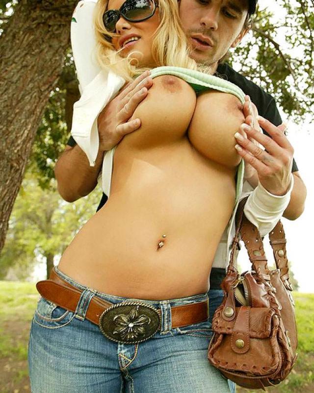 Порно звезда в джинсах обожает анальный секс на воздухе