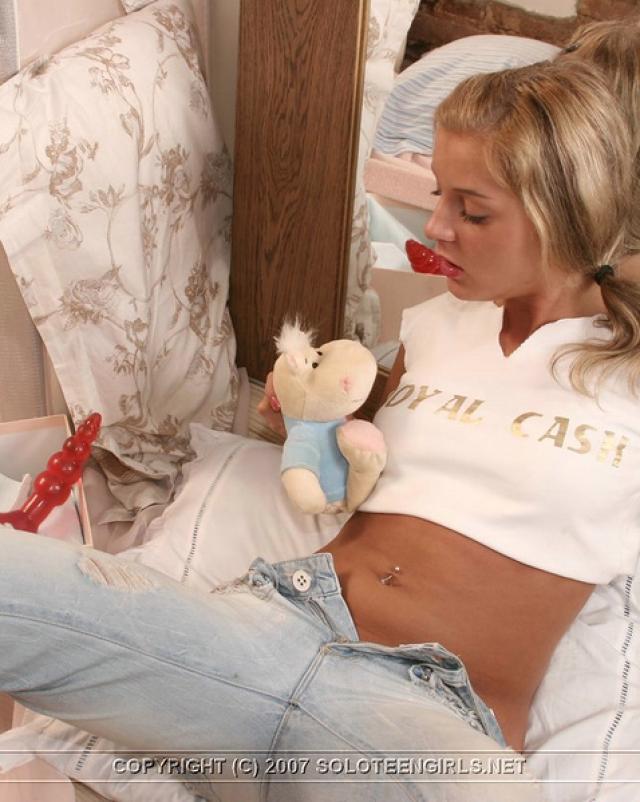 Счастливая блондинка сняла джинсы шаля на кровати