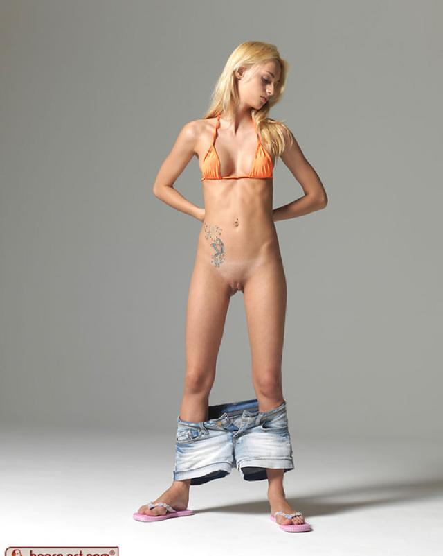 Милашка сняла штаны в студии
