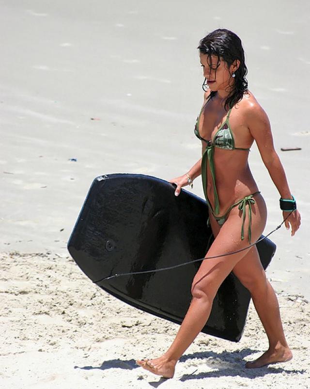 Телка в секс мини бикини отсосала хуй на пляже